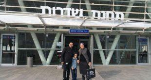 יהונתן ואימו בכניסה לתחנת שדרות