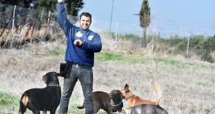 ביטון והכלבים. צילום: אורי גבאי