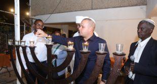 תומר גלאם הדליק נר שישי עם משפחת מנגיסטו