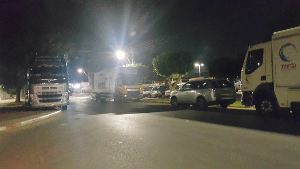 משאיות חונות בשדרות. צילום: אורי גבאי