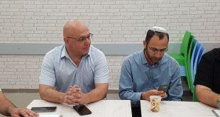 הגזבר החדש יהודה חזן (מצד שמאל) בישיבת המועצה הערב. צילום: ניר וקנין