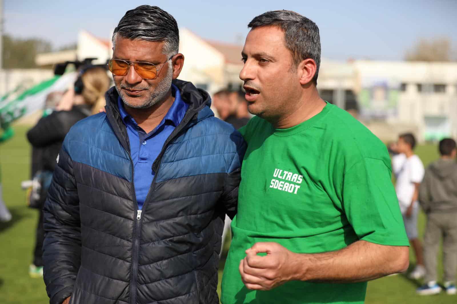 ראש עיריית שדרות אלון דוידי עם המאמן עופר טלקר. צילום :גולן סבג