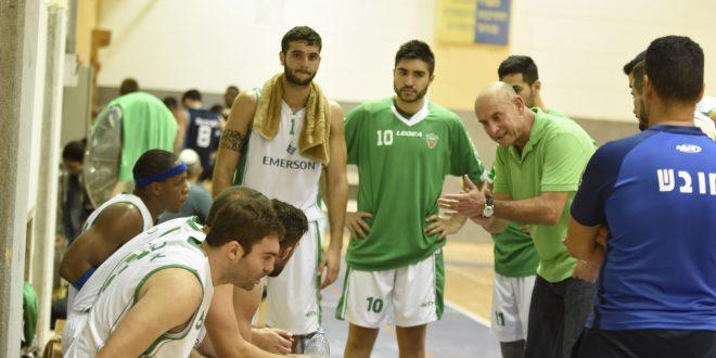 מאמן מכבי שדרות ישראל ברוך מתדרך את השחקנים. צילום: אורי גבאי